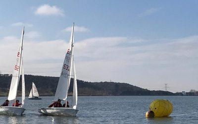 Curso de regatas de vela ligera en El Atazar